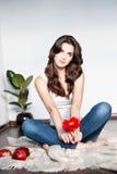 Заботливая молодая вскользь женщина с красным цветком стоковое фото rf