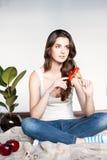Заботливая молодая вскользь женщина с красным цветком Стоковое Фото