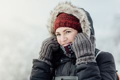 Заботливая усмехаясь женщина одела теплый смотреть в расстояние Стоковые Фото