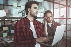 Заботливые мужчина и женщина работают в офисе Стоковое Изображение