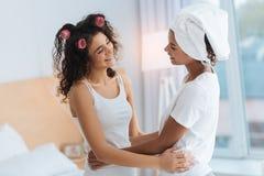 Заботливые сестры обнимая и усмехаясь друг к другу Стоковая Фотография