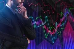 Заботливый бизнесмен с абстрактной диаграммой валют Стоковое Изображение RF