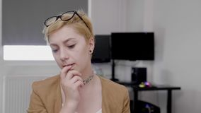 Заботливый думая молодой работник работая на офисе в трудном сокрушанном чувстве назначения concerned и - акции видеоматериалы