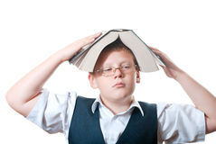 Заботливый мальчик с книгой на ее головке Стоковая Фотография RF