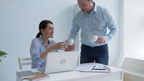 Заботливый мужской работник принося его чай коллеги весьма горячий акции видеоматериалы