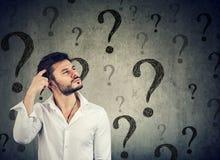 Заботливый confused человек имеет слишком много вопросов и нет ответа Стоковые Фото