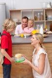 заботящ его обед будьте матерью сынка школы упаковки к Стоковые Изображения