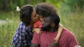 Заботящ parents утешать и утихомиривать их маленькую дочь, ребяческие прихоти стоковое изображение rf
