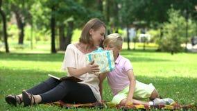 Заботя давать сына присутствующий и поздравлять маму на день матери, славный сюрприз видеоматериал