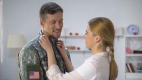 Заботя женская регулируя форма парня солдата США, обнимая со всей любовью сток-видео