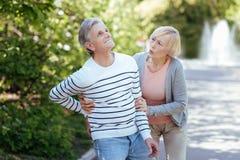 Заботя женщина вызревания позаботить о больной пенсионер outdoors Стоковая Фотография