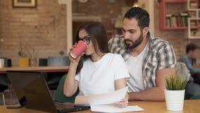 Заботя коллега приносит кофе акции видеоматериалы