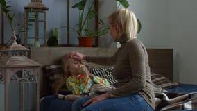 Заботя лоб ` s дочери матери касающий больной акции видеоматериалы