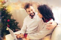 Заботя любя бородатый супруг обнимая его красивую жену на Рожденственской ночи стоковое изображение