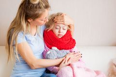 Заботя мать вместе с ее больным ребенком стоковое фото