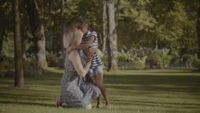 Заботя мать регулируя ` s дочери одевает outdoors сток-видео