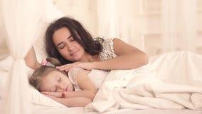 Видео дочка на кровати