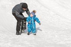 Заботя папа идет с его сыном на выходных в дне зимы морозном Стоковые Изображения RF