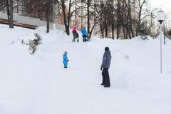 Заботя папа идет с его сыном на выходных в дне зимы морозном Стоковые Изображения