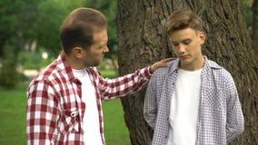 Заботя папа поддерживая его подавленное страдание сын-подростка от задирать, проблема сток-видео