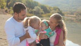 Заботя родители целуют их изумительных дочерей видеоматериал
