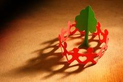 заботя цепная бумажная планета людей Стоковое Изображение