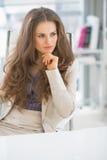 Заботливая бизнес-леди сидя в офисе Стоковое Изображение