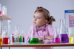 Заботливая девушка представляя в классе химии Стоковое фото RF