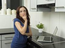 Заботливая женщина в кухне стоковая фотография