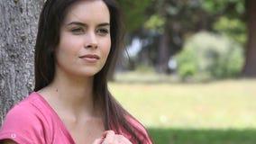 Заботливая женщина в парке сток-видео