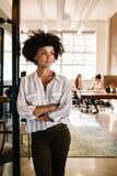 Заботливая женщина на входе и смотреть офиса прочь Стоковое Фото