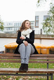 Заботливая женщина сидя на скамейке в парке Стоковое Изображение