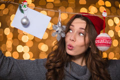 Заботливая забавляя женщина используя handmade украшение рождества над блестящей предпосылкой Стоковая Фотография RF
