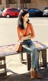 Заботливая красивая девушка сидя вниз на стенде улицы Стоковые Изображения RF