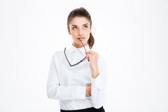 Заботливая молодая бизнес-леди держа стекла и думать Стоковая Фотография