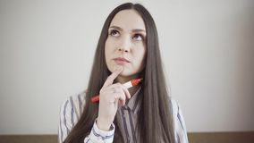 Заботливая молодая женщина с отметкой видеоматериал