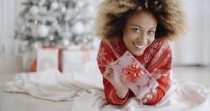 Заботливая молодая женщина с подарком рождества акции видеоматериалы
