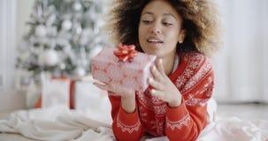 Заботливая молодая женщина с подарком рождества видеоматериал