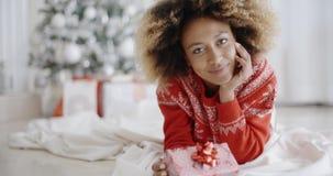 Заботливая молодая женщина с подарком рождества сток-видео