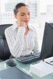 Заботливая привлекательная коммерсантка смотря экран компьютера Стоковое Фото