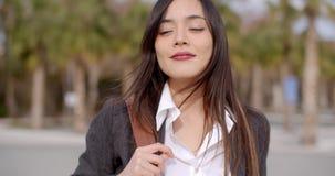 Заботливая привлекательная молодая женщина видеоматериал