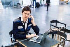 Заботливая работа бизнесмена онлайн на netbook Стоковые Фото