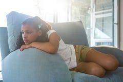 Заботливая склонность девушки на кресле Стоковые Фото