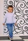 Заботливая склонность мальчика против стены Стоковые Фото