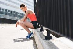 Заботливая спортсменка отдыхая после разминки Стоковое Изображение