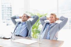 Заботливые бизнесмены смотря прочь Стоковое Фото