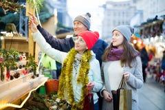 Заботливые родители с девочка-подростком на рынке Стоковые Изображения RF