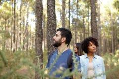 Заботливые друзья на прогулке леса Стоковые Изображения