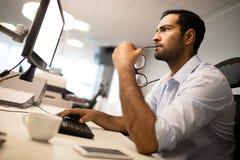 заботливый бизнесмен используя компьютер на столе офиса Стоковое Фото