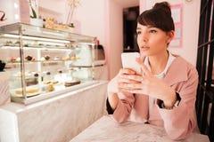 Заботливый мобильный телефон удерживания молодой женщины Стоковая Фотография